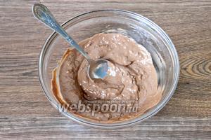 Молочный шоколад растапливаем на водяной бане.