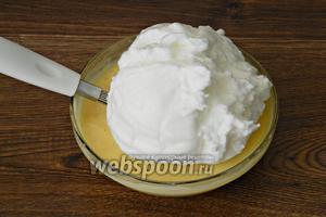 В несколько этапов вводим в шоколадно-молочную смесь и перемешиваем.