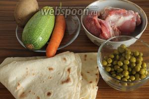 Для приготовления этого блюда нужны армянский лаваш, ягнятина, картошка, морковь, кабачок, лук, зелёный горошек и соль.