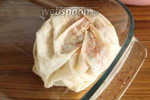 Заворачиваем концы лаваша, переворачиваем и укладываем в форму, смазанную маслом.