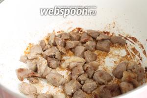 Мясо нарезать на маленькие кусочки и обжарить на среднем огне в разогретом масле. Так как у меня молодое мясо, я не варила его. Но если у вас говядина или вы не уверены в качестве мяса, то на этой стадии добавьте 2 стакана воды и отварите мясо до готовности.