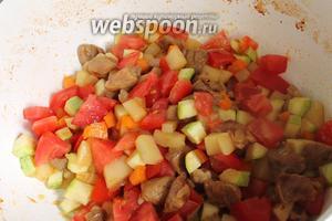 Далее идёт кабачок, вновь перемешиваем и готовим 2 минуты. В конце солим, перчим и добавляем кубики помидора. Добавляем 0,5 стакана воды и тушим на среднем огне до полного испарения влаги. Начинка готова. Дать ей остыть.
