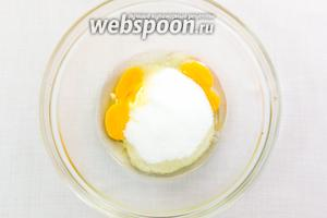 В миске соединяем размягчённое сливочное масло, яйца, соль, сахар.
