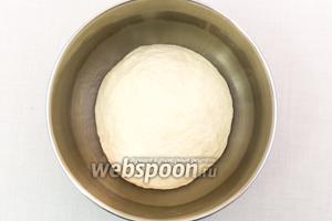 Подсыпая муку, замесим мягкое тесто. Муки может понадобиться больше или меньше указанного количества. Выкладываем тесто в смазанную подсолнечным маслом миску, накрываем плёнкой и отправляем в тёплое место на 1 час.