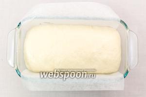 Форму для хлеба смажем маслом или выстилаем пергаментом, выкладываем в неё тесто. Выпекаем в разогретой до 190°C 30-40 минут. Ориентируйтесь по своей духовке.