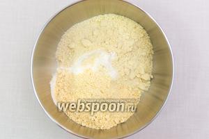 В другой миске смешаем три вида муки: миндальную, пшеничную и кукурузную. Добавим разрыхлитель.