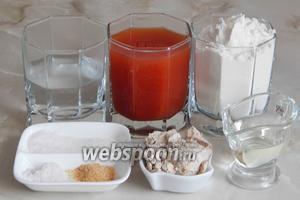 Готовить томатный хлебушек мы будем из таких продуктов: томатный сок (если у вас магазинный с солью — количество соли сократите до щепотки или вообще не кладите), мука пшеничная, вода кипячёная тёплая, сахар, соль, чеснок сушёный, масло подсолнечное без запаха и свежие дрожжи.