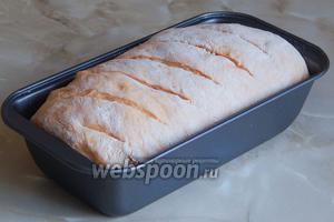 Делаем лезвием или очень острым ножом косые надрезы. Отправляем хлебушек выпекаться в горячей духовку при 190ºC 35 минут.