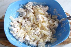 Посолить и поперчить по вкусу, главное солить помаленьку, так как сыр солёный и можно пересолить, нужно, чтобы вкусы были гармоничны. Пикантный салат из ананасов, курицы и сыра готов! Можно подавать как порционно, так и в большом салатнике. Приятного аппетита!