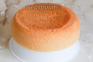 Вынимаем кекс ещё горячим с помощью вставки для приготовления еды на пару.