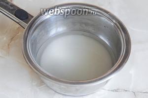 В кастрюльке соединяем воду и сахар.