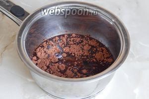 Варим на огне до растворения крупинок, а затем  около 5 минут. Добавляем какао и хорошо перемешиваем.