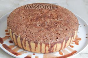 Его получается довольно много. Заливаем кекс полностью, распределяя по поверхности. Я использовала широкое блюдо, чтобы сироп мог стекать в него, а не на стол.