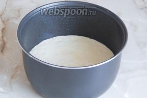 Разравниваем тесто лопаткой. Выпекаем бисквитный кекс на режиме «Выпечка» ровно 1 час. Если у вас мощный прибор (у меня 700Вт), может достаточно и 45-50 минут. Проверьте на сухую лучину.