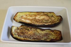 В смазанную маслом форму для запекания уложить «лодочки» баклажанов.