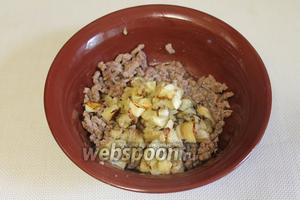Добавить к измельчённому мясу баклажан.