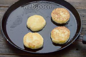 В разогретое подсолнечное масло выкладываем сырники, обжариваем с двух сторон до золотистого цвета.