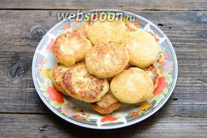 Тарелку застелить салфеткой, выложить готовые сырники на тарелку. Дать сырникам остыть.