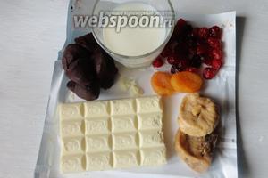 Для приготовления нам понадобится: горький шоколад, белый шоколад, сливки, мускатный орех. А также сухофрукты курага, вишня, инжир.