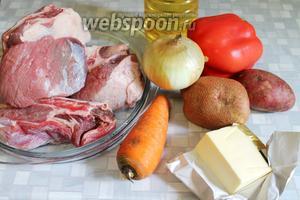 Для приготовления жаркого по-домашнему взять говяжьи рёбра (или другую часть, с косточкой вкуснее), картофель, морковь, перец, лук, масло, пряности, соль.
