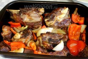 Добавляем к мясу обжаренные овощи,