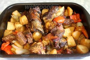 Через час жаркое достаём из духовки, оно готово, блюдо очень ароматное, аппетитное, вкусное.