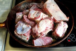 Обжарить мясо с косточками.