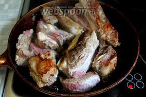 Перевернуть мясо и обжарить до румяности со всех сторон.