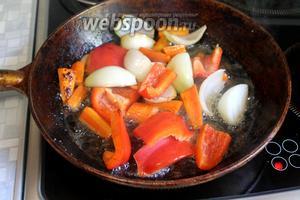 На той же сковороде обжарить овощи, нарезанные крупными кусками.