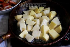 Вынуть первый слой и обжарить картофель.