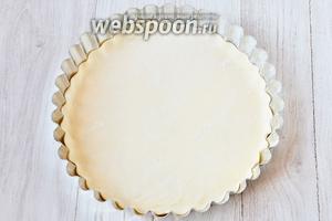Раскатываем тесто и помещаем в смазанную подсолнечным маслом форму.