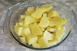 Картофель очистить и нарезать крупными дольками, сложить в кастрюлю для микроволновки и добавить 2 столовые ложки воды. Поставить на максимальную мощность на 5 минут.