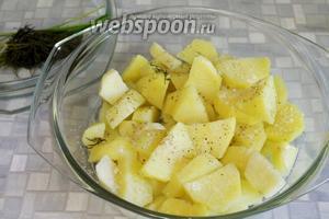 Зелень вынуть, картофель посолить, поперчить, перемешать. Поставить на 80-5-ную мощность на 8-10 минут.