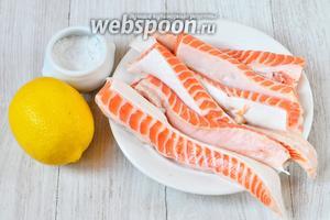 Для того, чтобы засолить тешу форели вам понадобится лимон, соль и теша форели.