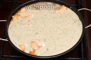 Соединяем сливочный соус с мясом и на среднем огне ещё 5-10 минут готовим.