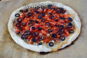 Лепёшка из слоёного теста с помидорами и оливками готова! Слегка даём остыть лепёшке и подаём её к столу!