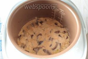 Залить сметанной смесью печень с луком, перемешать. Крышку мультиварки закрыть и продолжить приготовление оставшиеся 5-6 минут.