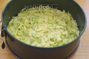 Форму для запекания смазать сливочным маслом. Тонким слоем (около 2 см.) выложить тесто. Я тесто разделила на 2 части, чтобы корж был тонким. Разогреваем духовку и выпекаем тесто в духовке при 200ºC 10-15 минут.