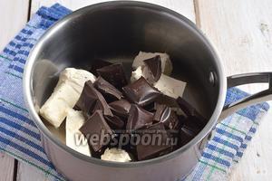 Соединить порезанное масло и поломанный шоколад.