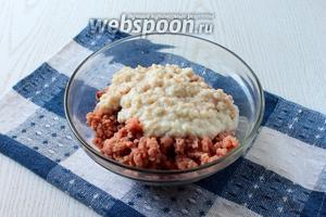Измельчить филе и хлеб в блендере или мясорубке.
