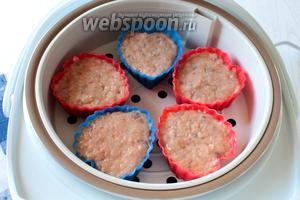 В чашу мультиварки налить воды до нижней отметки. Установить режим «Суп» на 20 минут и закрыть крышку. Отсчёт времени начинается с момента закипания воды.