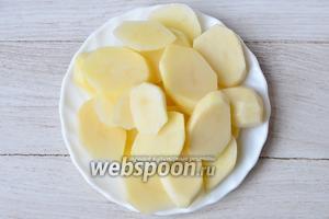 Сначала очищаем картофель и нарезаем его кольцами толщиной приблизительно 1 см.