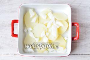Выкладываем отваренный картофель и нарезанный лук в посуду для запекания.