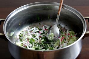 Смешать нарезанные овощи с зеленью и залить катыком.