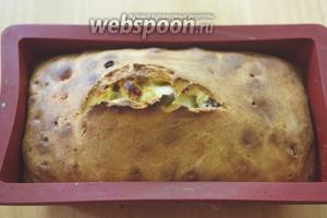 Разогрейте духовку до 180ºC . Затяните верх формы фольгой. Запекайте кекс под фольгой около 30 минут, после снимите фольгу и запекайте ещё до готовности.