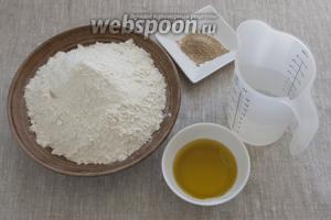 Подготовить муку, оливковое масло, дрожжи, воду. Также потребуется соль и травы.