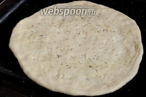 Тесто должно увеличиться вдвое. Разделить на 4 части. Каждую часть руками расплющить в тонкою лепёшку, примерно 20 см в диаметре. Выложить на противень, смазанный маслом, наколоть вилкой, верх также смазать маслом, посыпать солью, травами.