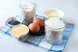 Для приготовления пирога нам понадобятся яйца куриные, сахар, ванилин, мука пшеничная, разрыхлитель, мак, масло растительное, кипяток, сливки 20%, сгущённое молоко и сметана 25%.