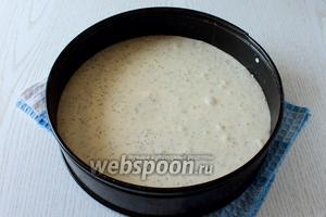 Вмешать в тесто мак и вылить тесто в форму (у меня диаметр 24 см), застеленную пергаментом. Покрутить пару раз и постучать формой по столу, чтобы не поднялась верхушка при выпечке.