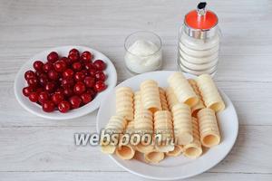 Для приготовления трубочек с вишней вам понадобится сахар, сметана, вишня и вафельные трубочки.